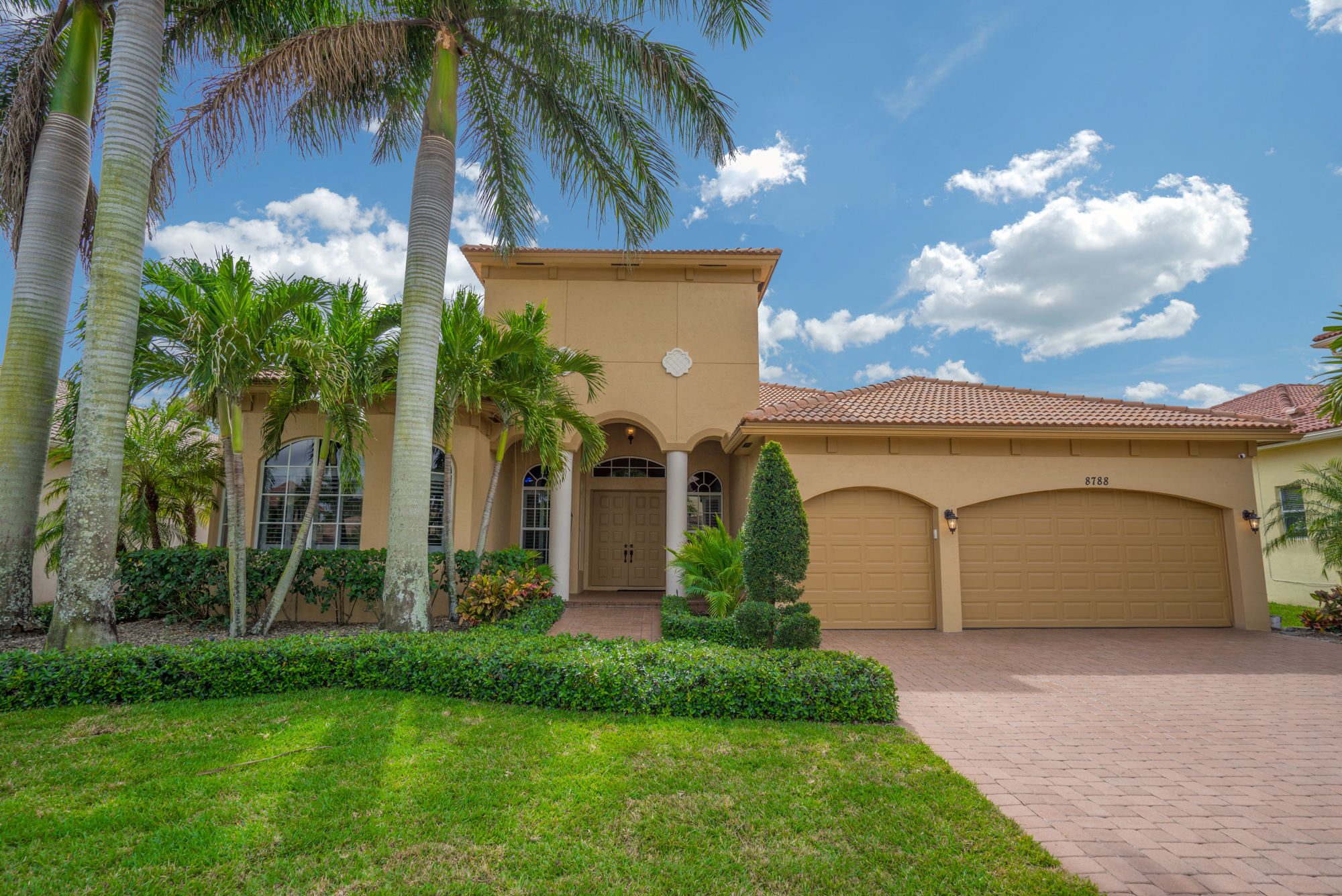 Luxurios home in exclusive san messina lake worth for Bathrooms plus lake worth fl