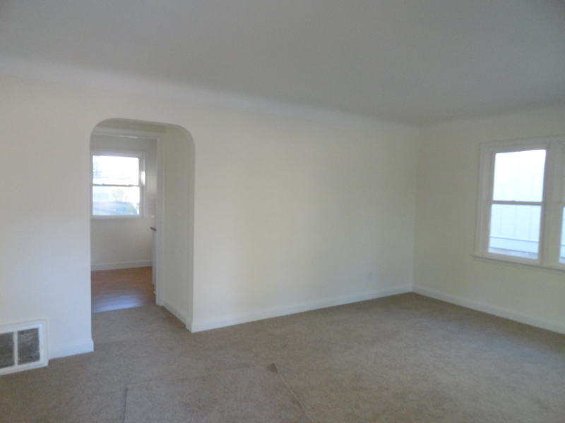 vacant living before staging