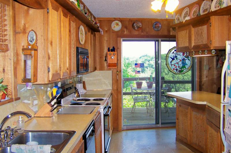 1206 stagecoach drive canyon lake texas canyon lake for Galley kitchen with breakfast bar