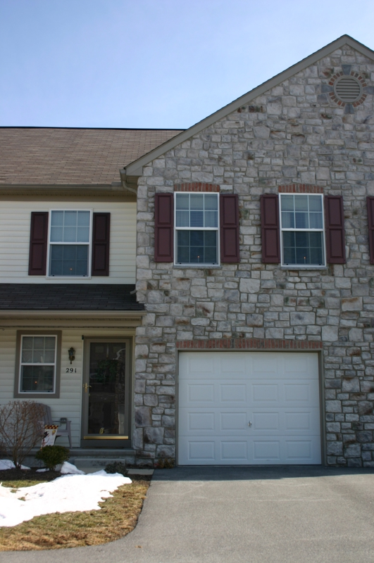 3 Bedroom 2.5 Bath Townhouse with nice mix of stone, vinyle and brick.