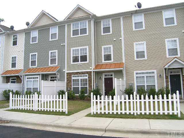 Raleigh home for sale - 3 bed, 2.5 baths tri-level townhome with cathedral ceilings!