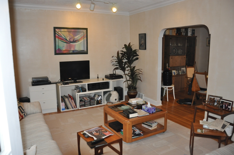 Home staging solution for a crowded living room - How to stage a living room ...
