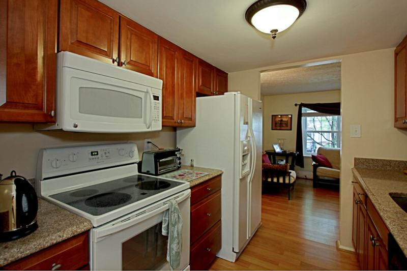 Falls church charmer townhouse for sale 2853 great oak court for Updated galley kitchen photos