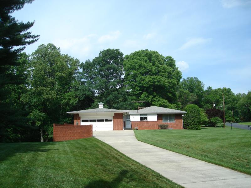 A Mid Century Modern House Lovers Heaven In Quaint Acres