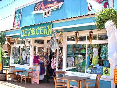 shopping in paia maui - plenty of stores and restaurants