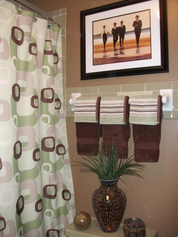 ANOTHER CHOCOLATE BROWN BATHROOM..I JUST LOVE THAT COLOR