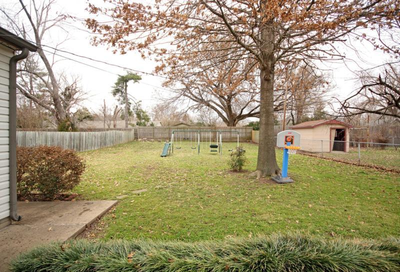 Brookside bungalow: large fenced yard, mature trees