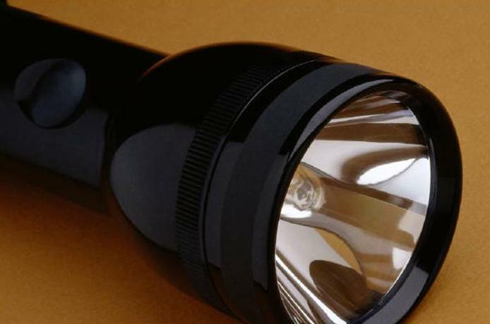 В качестве примера используется электрическая цепь фонарика.
