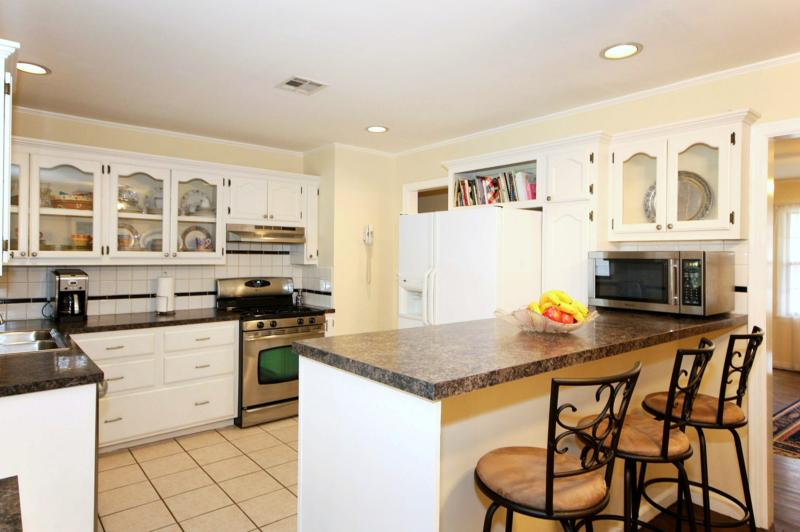 Brookside bungalow: remodeled kitchen, bar seating
