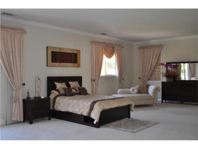 Home staging diy home staging in a master bedroom for Staging master bedroom