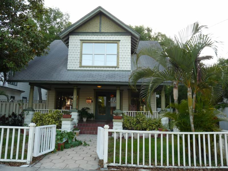 St petersburg has bungalows as well as mediterranean style for Block home builders in florida