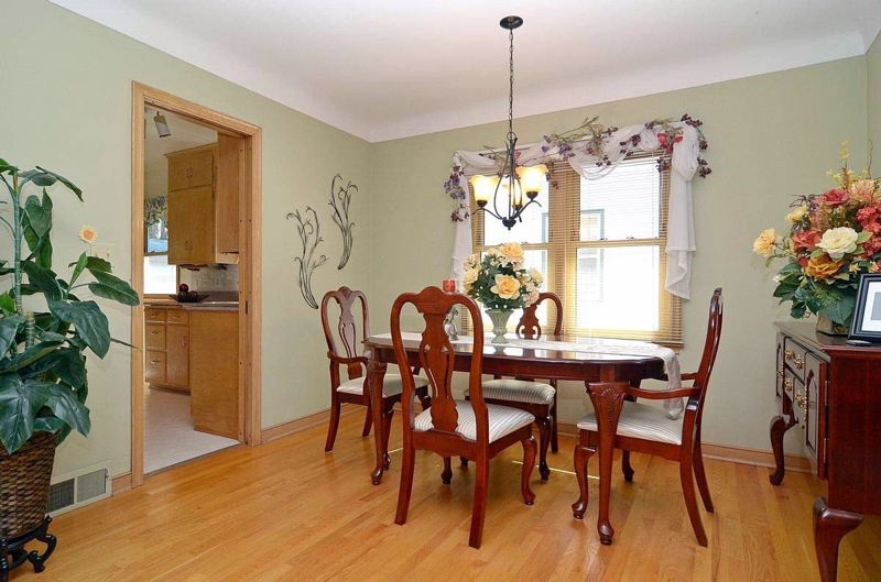 busy decor in staged vacant property