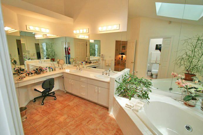 474 RUNNYMEDE - MASTER BATH