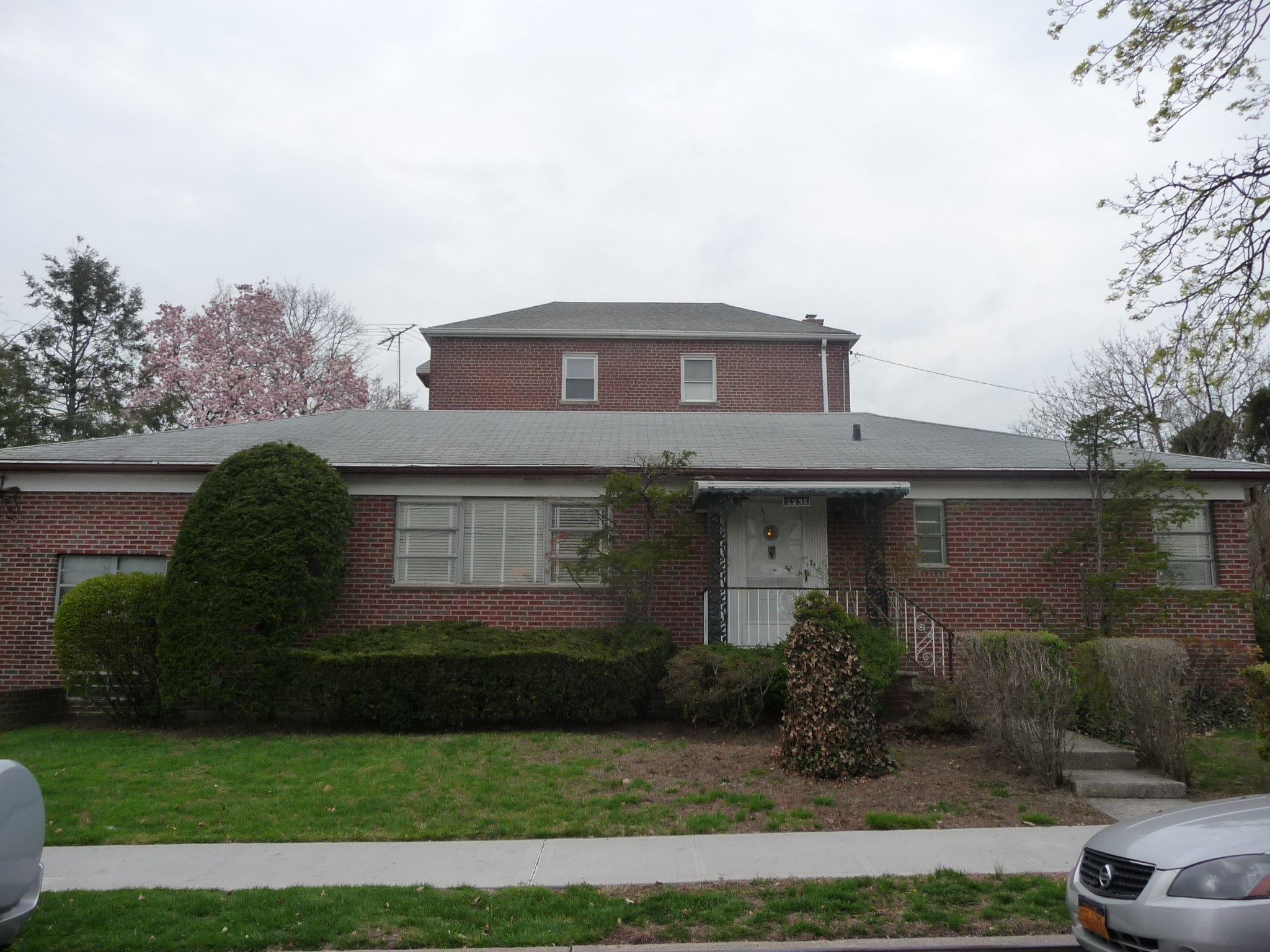 Single family ranch in pelham parkway bronx ny remax for Single family ranch style homes