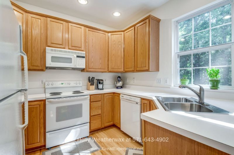 Townhome for Sale in Reston VA - Your inner chef will surely be thrilled in the bright and modern kitchen of this townhome for sale in Reston VA.