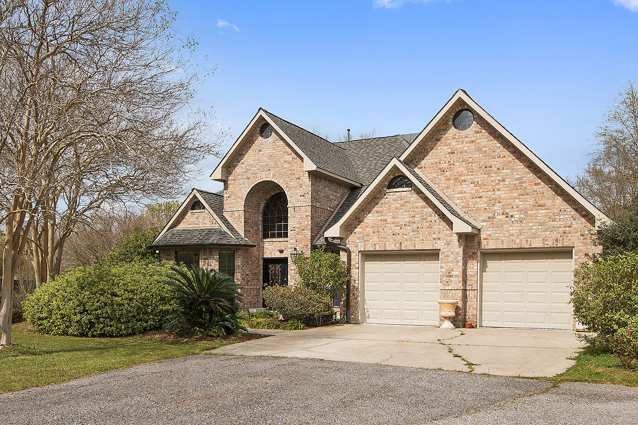 Homes for sale in the lake sherwood acres neighborhood for Homes for sale in baton rouge with swimming pools