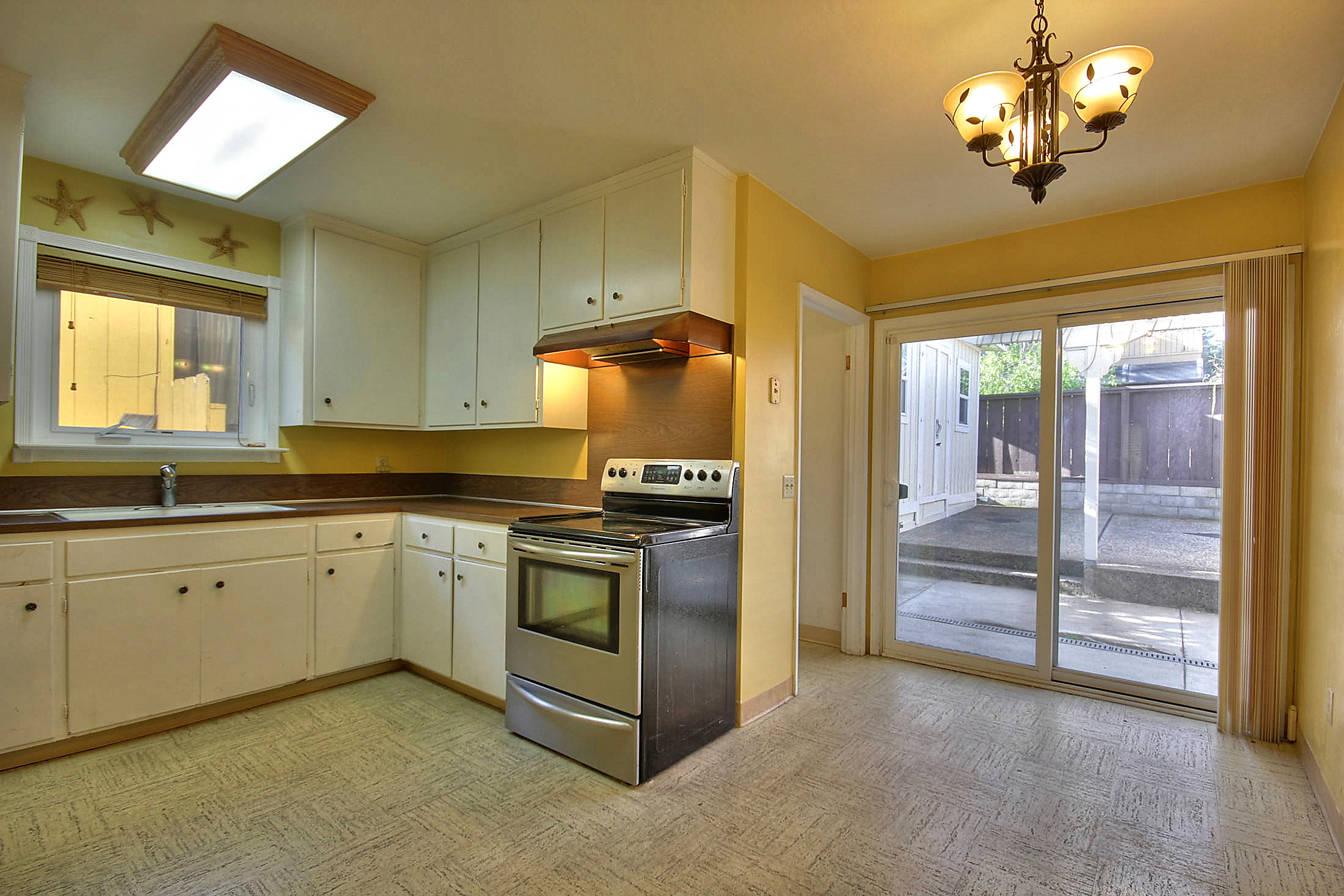 589 Newton Street kitchen