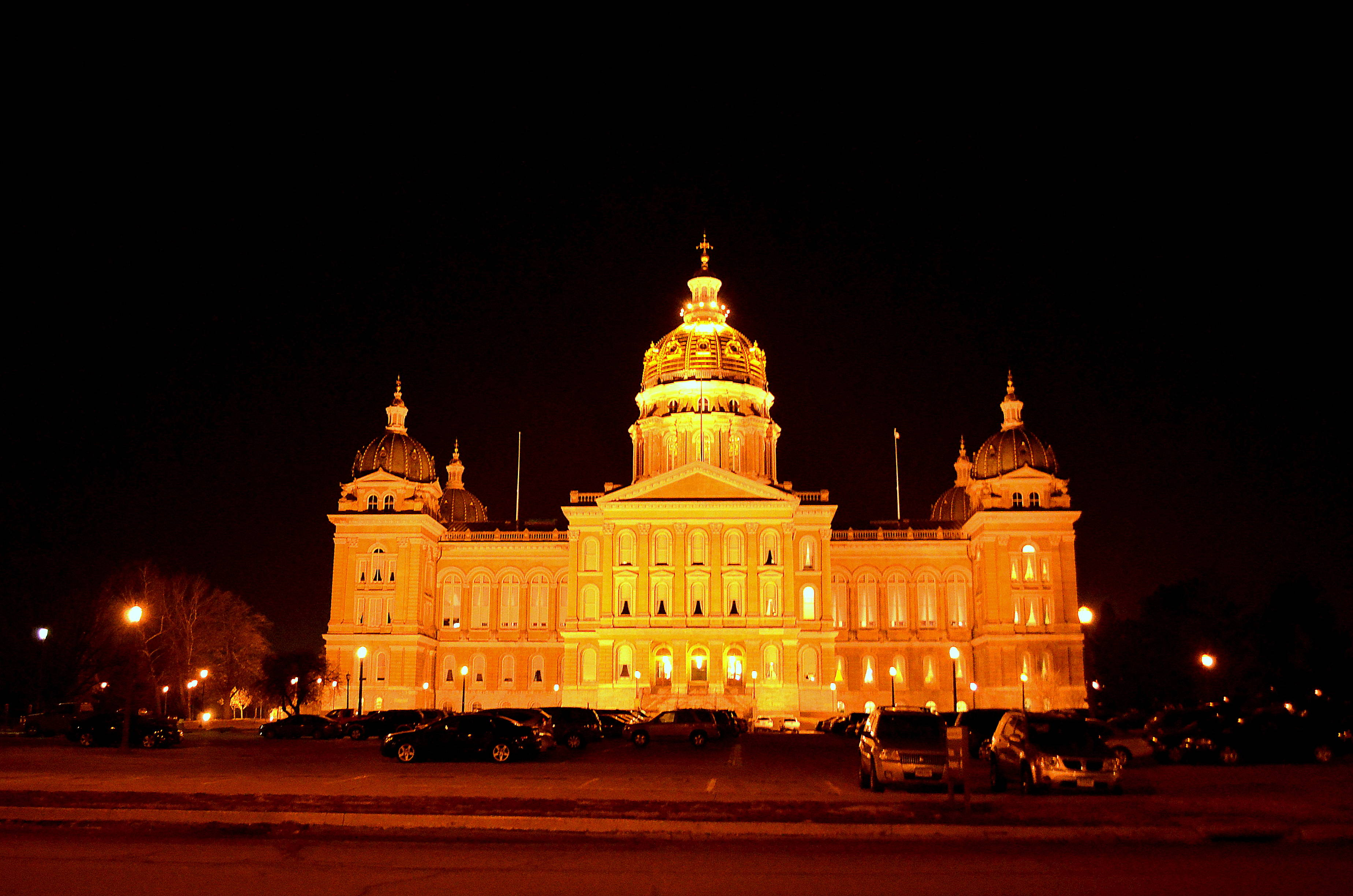Des Moines Iowa Capitol at night
