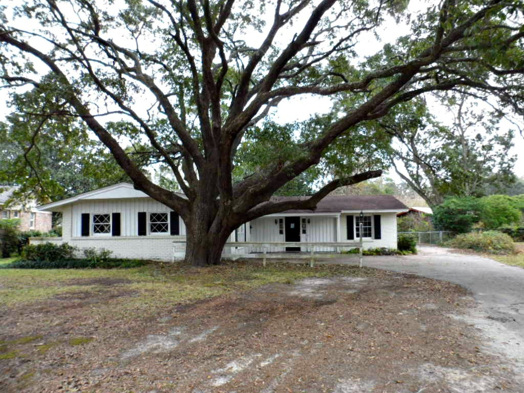 4 Bed 3 Bath Foreclosure | 2751 Fontainebleau Dr N, Mobile, AL