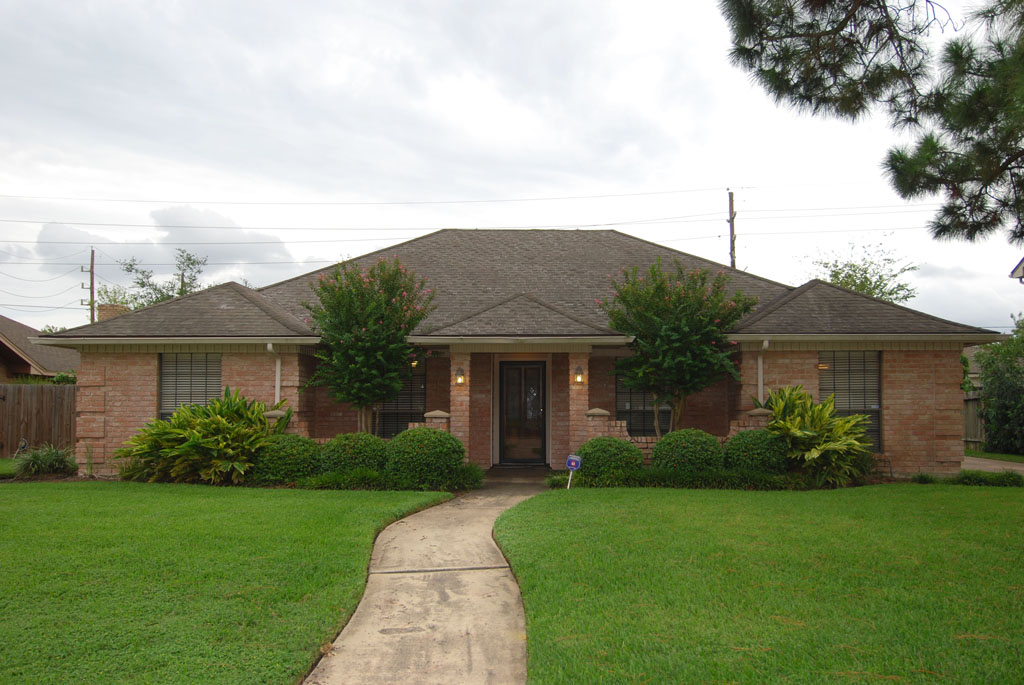 For sale beautiful one story home with large yard in for Big one story houses