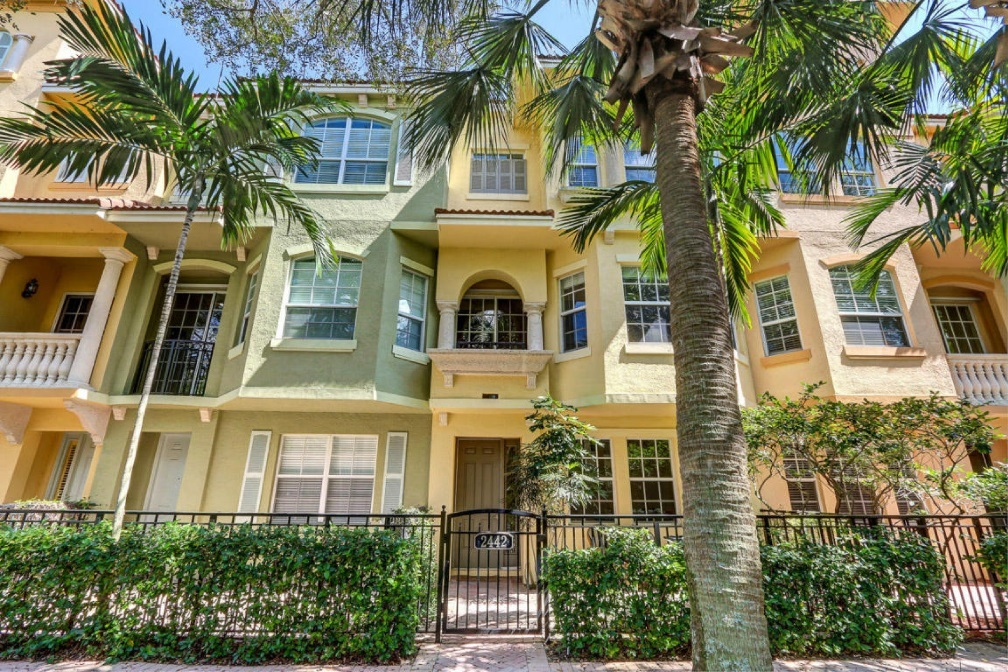 Harbour Oaks townhomes in Palm Beach Gardens FL