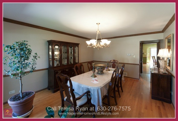 Naperville IL Homes - Enjoy being close to all the shopping and dining options near this Naperville home for sale.