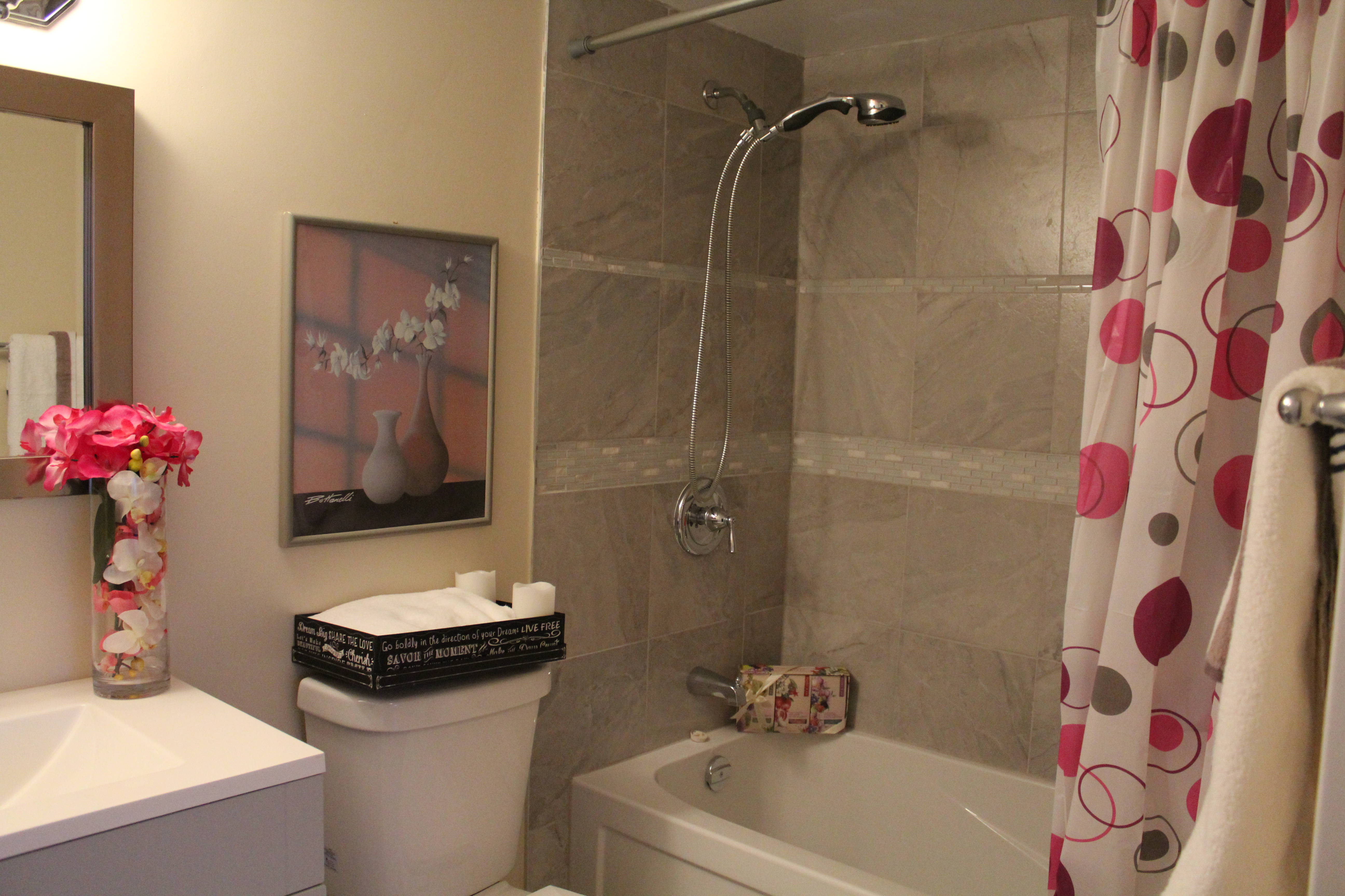 Nineteen tips to make a small bathroom look bigger with for Small bathroom looks